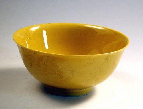 清乾隆款黄釉团龙纹碗