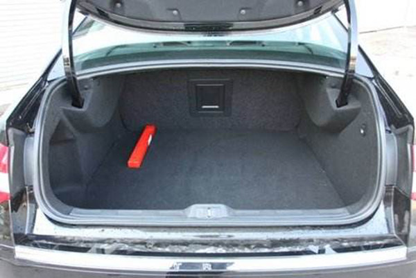 轿车后备箱开度有限空间当然也有限