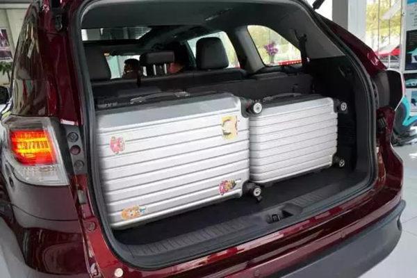 SUV后备箱开度很大空间和很大